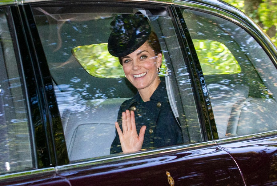kate-balmoral-waving-9
