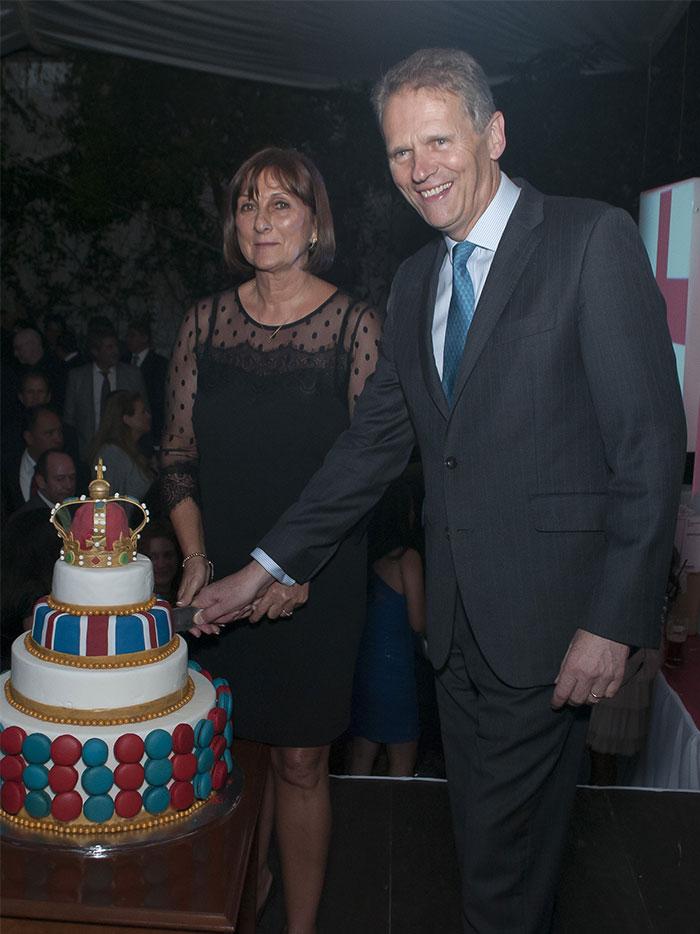 Así se celebró el cumpleaños de la Reina Isabel en la embajada británica