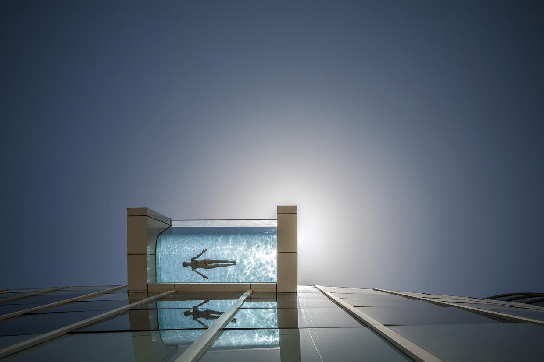 El lujo de nadar en una piscina con el suelo de cristal - Suelos de cristal ...